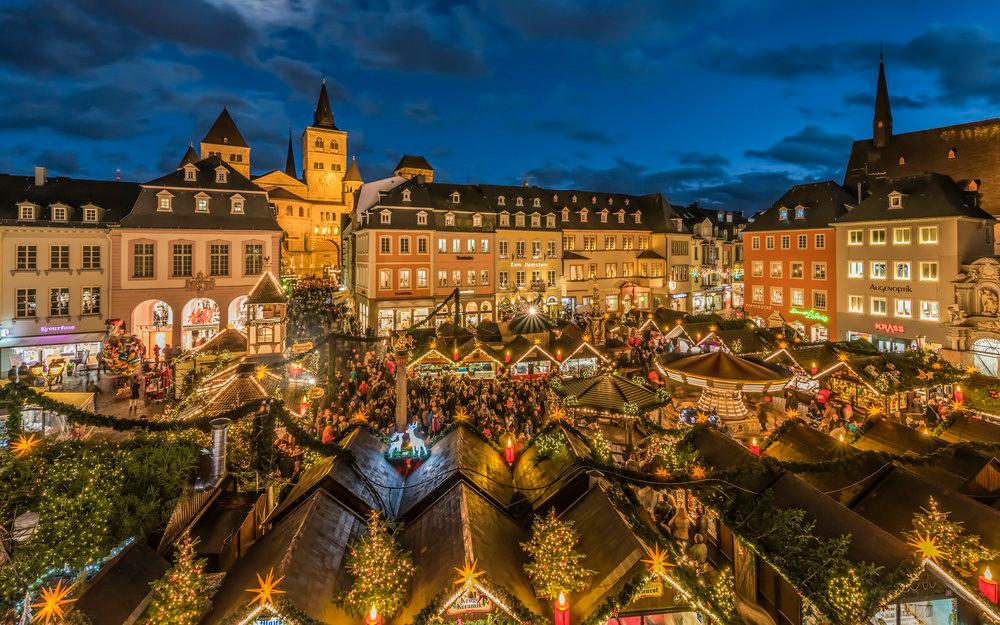 Weihnachtsmarkt In Trier.Trierer Hauptmarkt Objektansicht